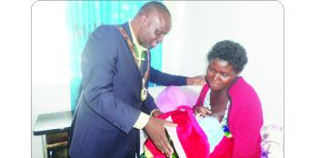 •CHILILABOMBWE Mayor Paul Kabuswe talks to Mercy Silundu, the mother of a newly-born baby at Kabengele Clinic in Chililabombwe on Chrismas Day. Picture by RACKSON SHAMUTUKU